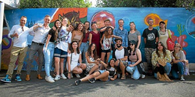 Photo de groupe de jeunes durant l'échange, avec Elodie d'Info Jeunes Bretagne